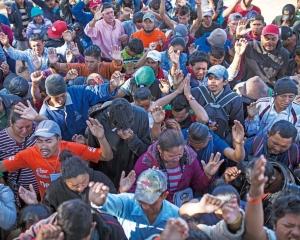 後有墨西哥示威 中美洲移民哭求特朗普開門