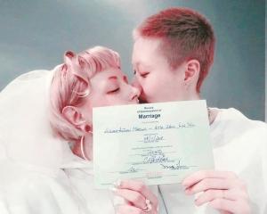 「小龍女」卓林與女友 加國結婚