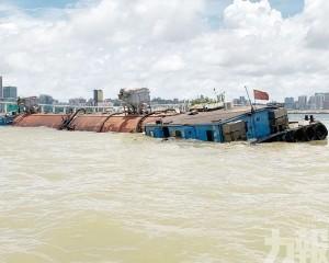 兩貨船相撞一船嚴重入水傾側