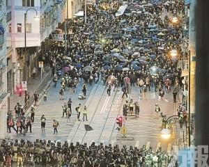 警批示威者以致命武器襲警