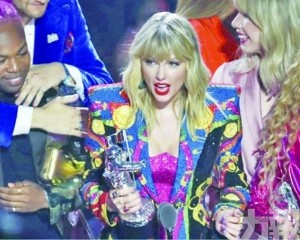 Taylor奪音樂大獎被搶風頭