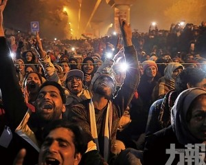 印度群眾抗議中迎新年
