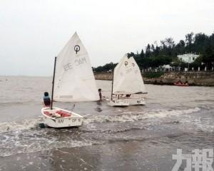 風帆船運動員黑沙海灘再次揚帆出海