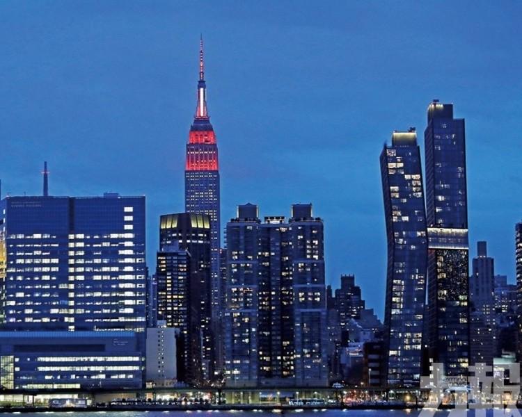 帝國大廈閃爍紅白燈