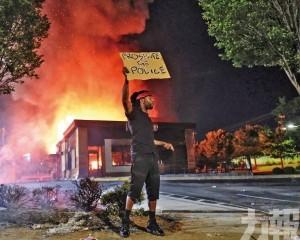 示威者怒燒速食店