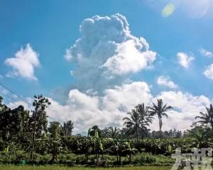 火山灰衝六公里高