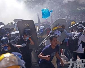 拘捕至少100學生