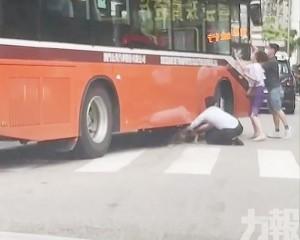 路人爬入車底救出僅受輕傷