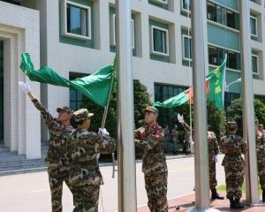 百多名大中學生體驗軍營生活
