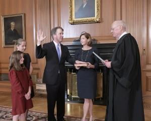 卡瓦諾宣誓就任美最高法院大法官