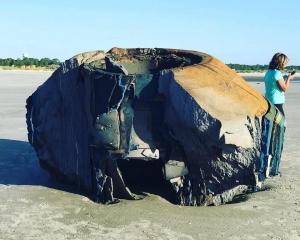 美國海岸驚現大型神秘物體