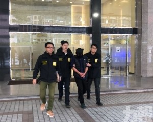 冒警搶劫換錢黨12萬不成被警拘