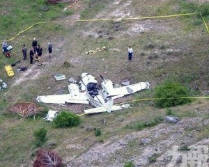 美德州小型飛機降落時突墜毀