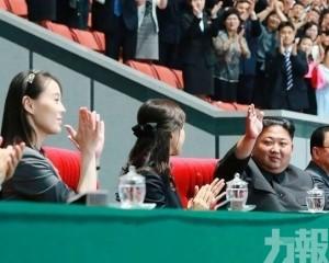金與正陪金正恩觀看團體操