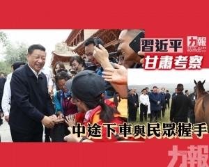 中途下車與民眾握手