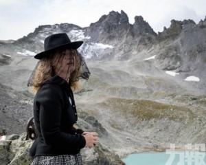 環保人士穿黑衣舉行「追悼會」
