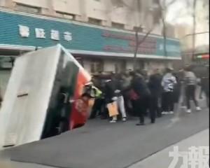 青海西寧有巴士墮坑 13人傷 兩人失蹤