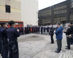 要求消防人員緊守崗位保障自身安全