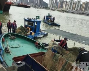 海事局清理千米長違規漁網