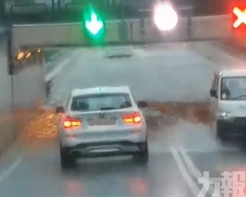 暴雨警告下多區水浸