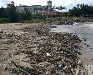 黑沙竹灣海灘風後垃圾量大增