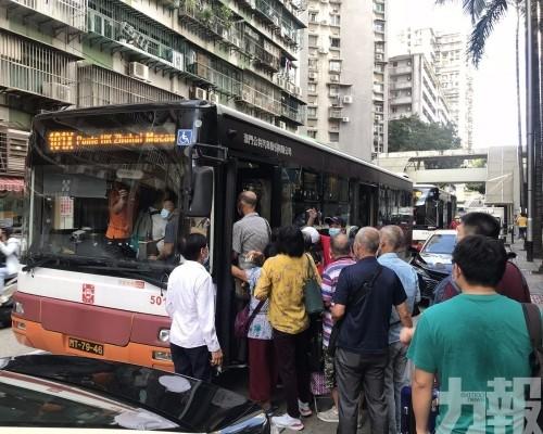 職員疏導客人至關閘乘特班車