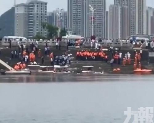 貴州載學生巴士墮水庫 最少21死15傷