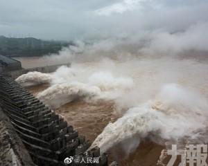 三峽水庫首開11孔洩洪 上游水位39年來最高