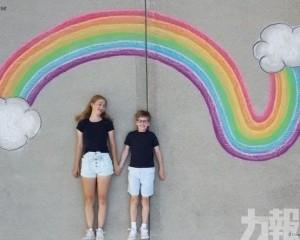 美國一對姊弟畫粉筆畫環遊世界