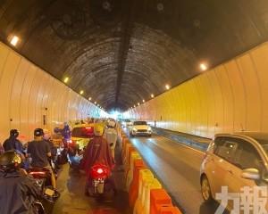 松山隧道連環意外涉12車5傷
