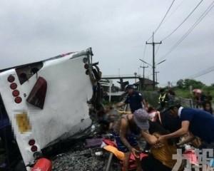 泰國觀光巴士與火車相撞遭削頂