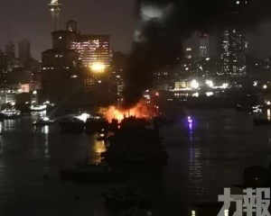 船艙嚴重燒焦 船身冒出白煙