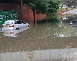 英國倫敦大雨導致街道嚴重積水