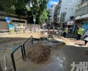 大量泥水湧出 當局封路搶修