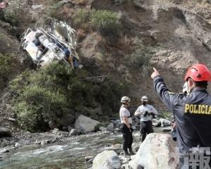 秘魯巴士墜200多米深山崖
