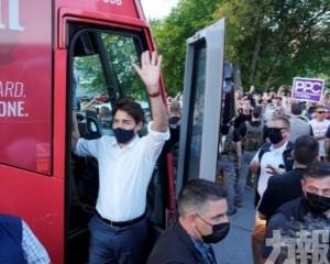 杜魯多遭反疫苗示威者擲石仔