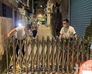 警方在封鎖區外拉起鐵閘圍封
