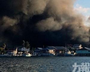 燒毀沿岸建築 400人疏散