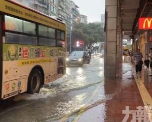 下環街一帶水浸 居民涉水而行
