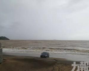 拍片者:架車有咩睇唔開衝埋落海?