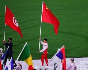 中國飛人蘇炳添掌旗步入會場