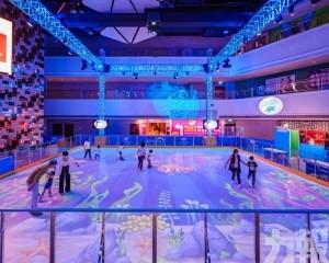 北極熊陪大家一齊溜冰