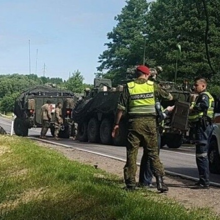 四輛裝甲車連環相撞釀13傷