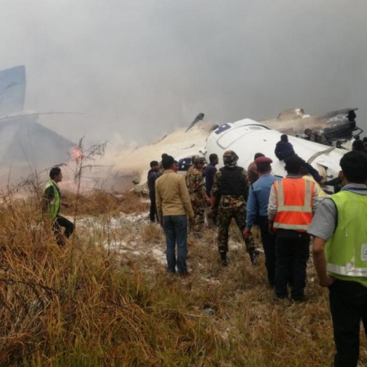 尼泊爾客機降落時墜毀 死傷未明