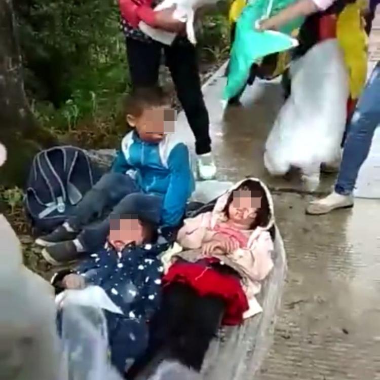 雲南載14人客貨車翻側兩死10傷
